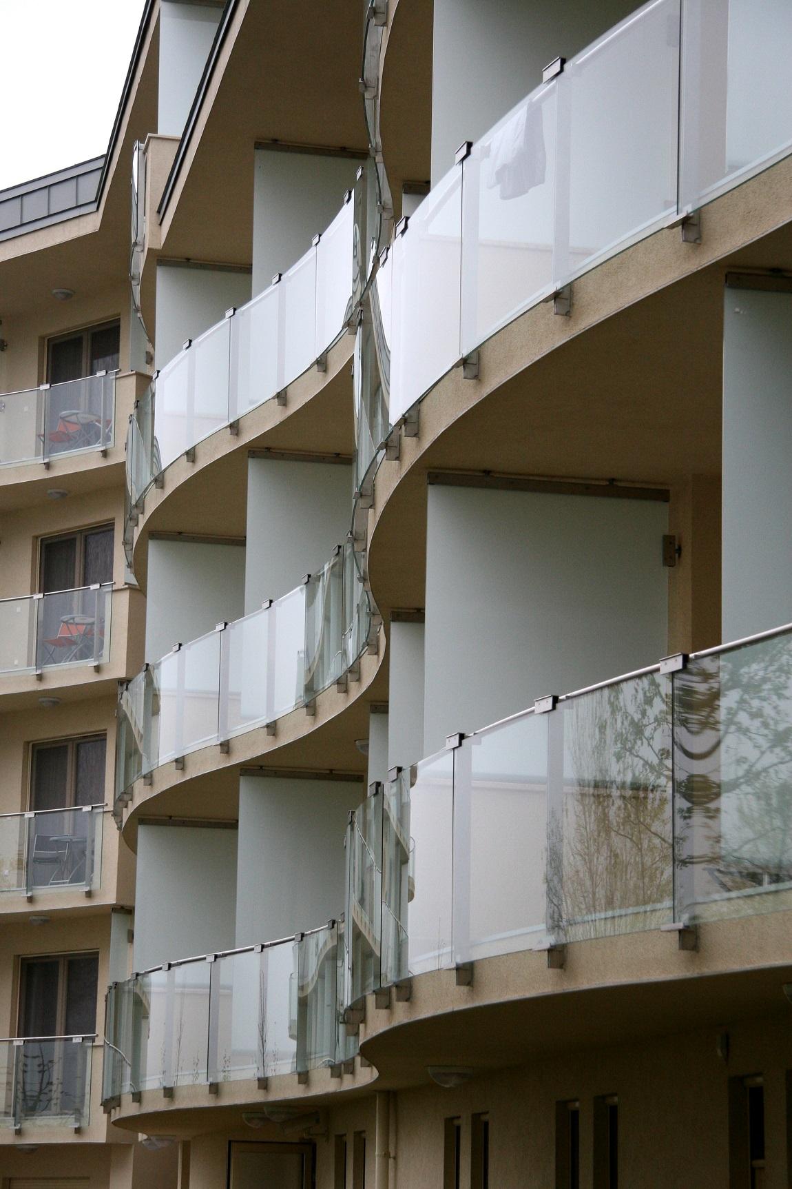 Üvegbetétes erkély korlátok